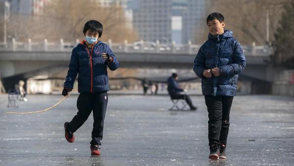 Cuaca dingin juga membekukan kanal atau saluran air yang berada di kota Beijing.