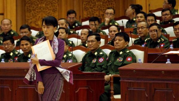 Panglima militer Myanmar, Jenderal Senior Min Aung Hlaing memimpin kudeta militer dengan menangkap pemimpin de-facto Aung San Suu Kyi dan tokoh senior pemerintahan lainnya. AP Reuters/Soe Zeya Tun