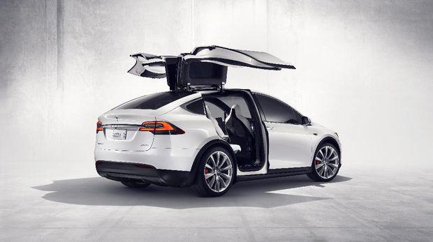 Tesla Model X dengan Falcon Wing.