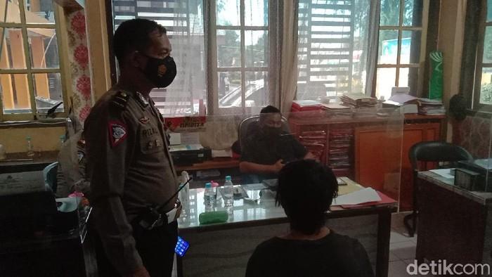 Sebuah angkot ugal-ugalan di Kabupaten Probolinggo dan sengaja menyenggol polisi saat diminta berhenti. Kini sopir angkot tersebut sudah ditangkap.