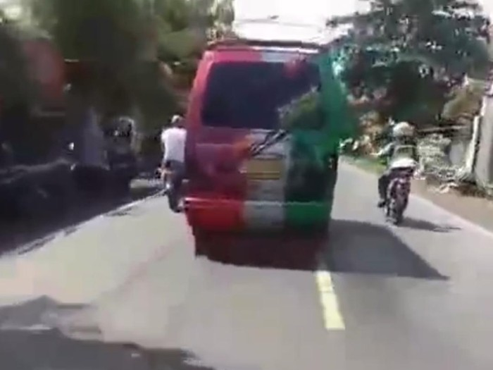 Video angkot ugal-ugalan viral di media sosial. Sopir angkot tersebut menyerempet polisi bermotor hingga terjatuh, saat diminta berhenti.