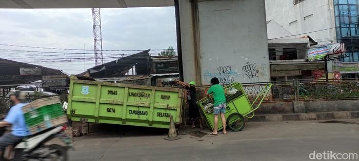 Bak arm roll, solusi sampah jalanan di flyover Ciputat dan Jl Dewi Sartika. (Taufieq RA/detikcom)