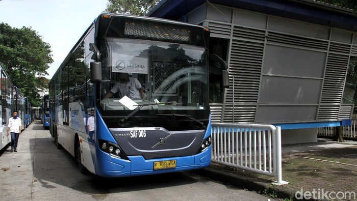 11 halte TransJakarta bakal ditutup sementara untuk direnovasi. Jadi salah satu halte yang bakal direnovasi, Halte Ragunan koridor 6 masih tampak beroperasi.