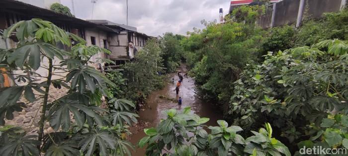 Ekskavator bersihkan kali sampah yang mulai bersih, di Kampung Palsigunung, Tugu, Cimanggis, Depok, 2 Februari 2021. (Taufieq Renaldi Arfiansyah/detikcom)
