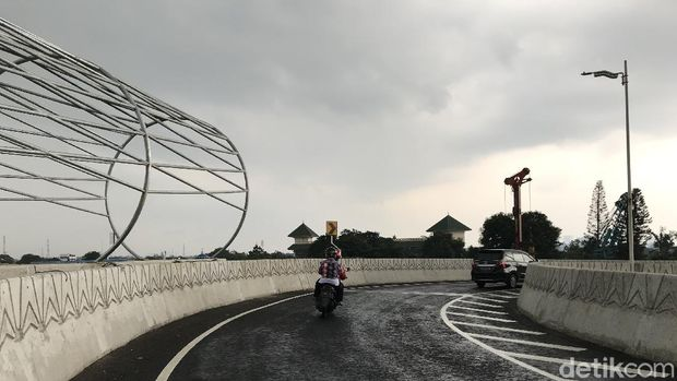 Menjajal Flyover Tapal Kuda di Lenteng Agung