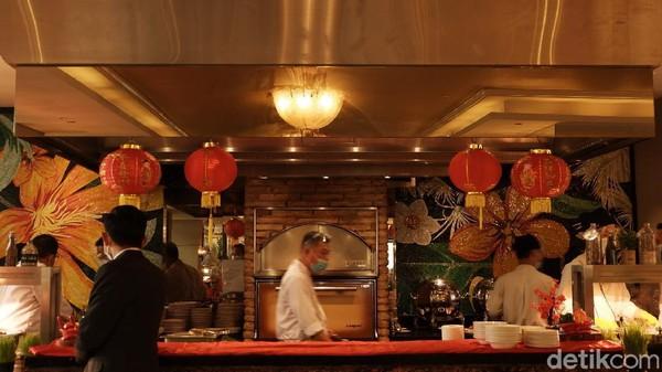 Merayakan Imlek di The Trans Luxury Hotel semakin berkesan dengan sebuah penampilan khas negeri Tiongkok, yaitu Kung Fu Tea Master. Atraksi kung fu ketika menyajikan teh dengan memakai long tea pot. (Siti Fatimah/detikTravel)