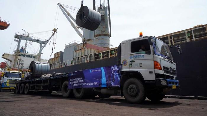 PT Krakatau Steel (Persero) Tbk melakukan ekspor baja perdana pada awal tahun 2021. Baja ini diekspor ke Malaysia.
