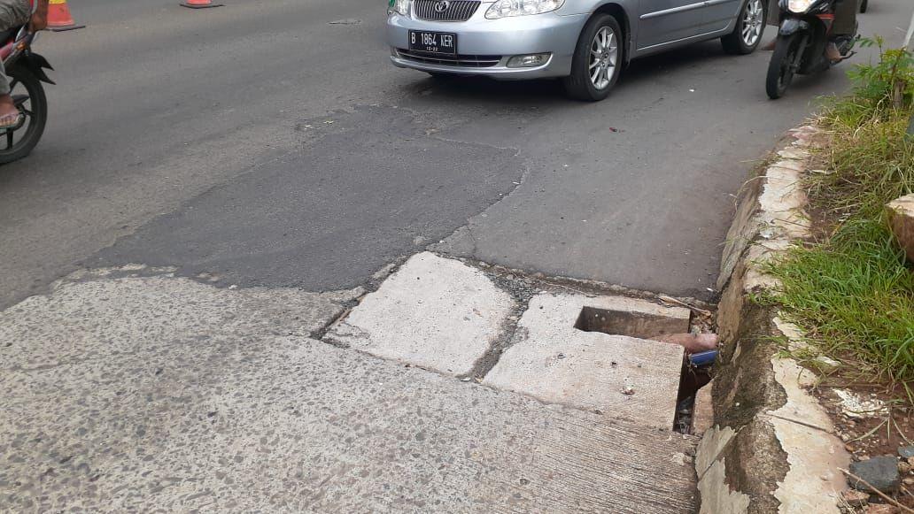 Jalan rusak di Jl KH Noer Ali, tepatnya di depan kompleks bisnis Grand Kota Bintang.