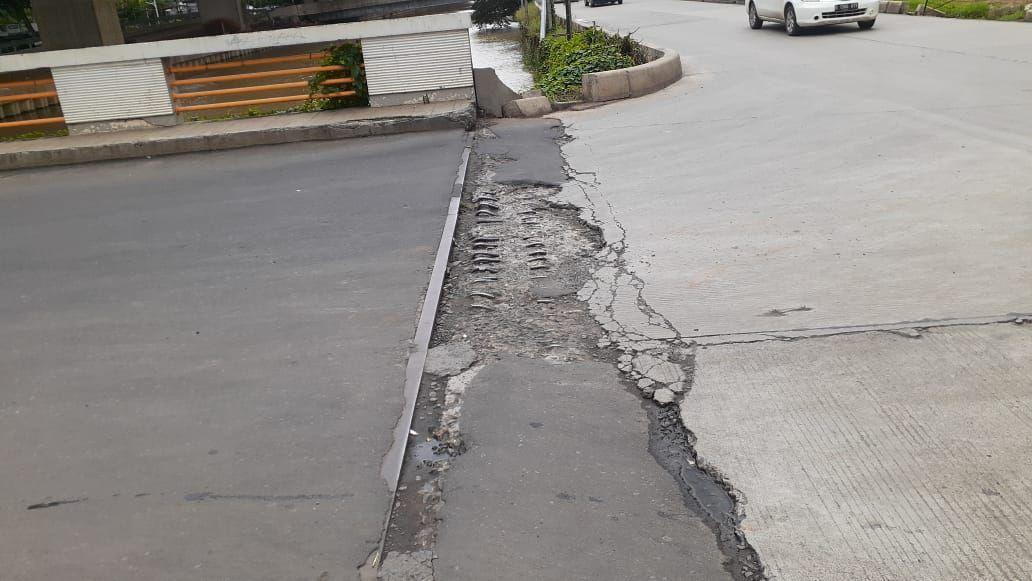 Jalan rusak di jembatan depan Perumaham Bumi Satria Kencana, Jakasampurna, Bekasi.