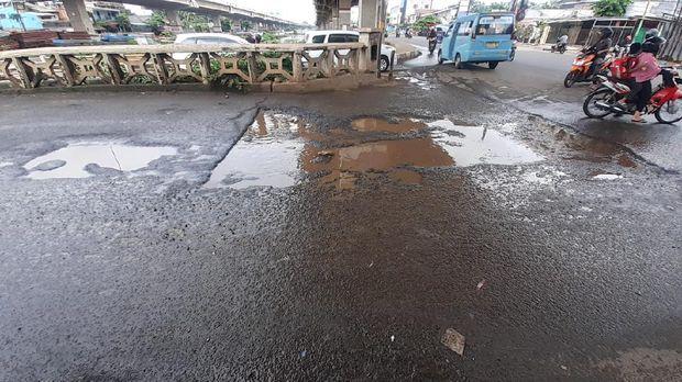 Jalan rusak di Jembatan Kincan, Jatibening, Bekasi.