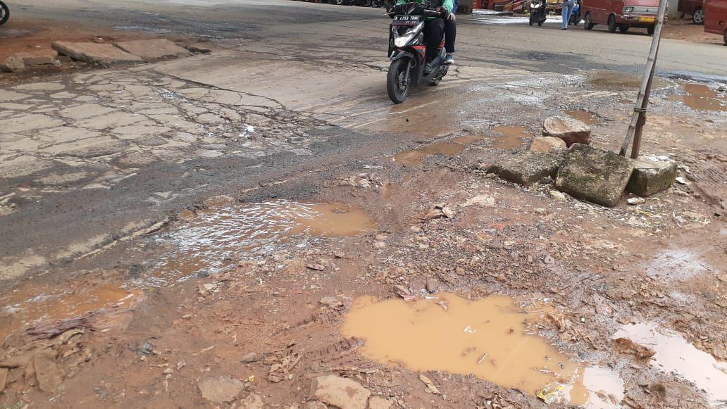 Jalan rusak di Jl Inspeksi Saluran Kalimalang tepatnya di depan Kompleks Depkes I, RW 09, Jatibening, Bekasi