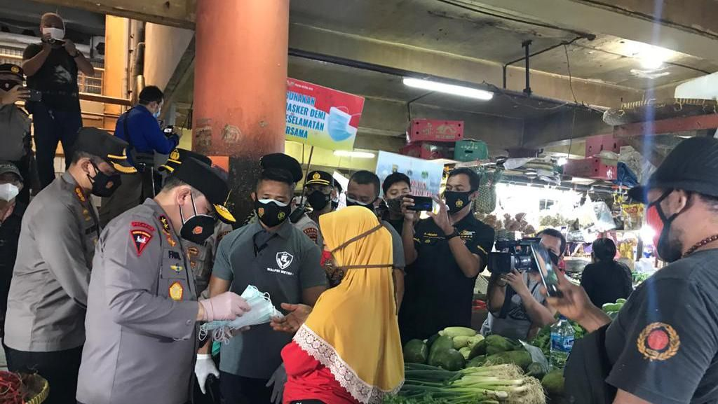 Kapolda Metro-Pangdam Jaya Bagikan Masker di Pasar Glodok dan Kopro Jakbar