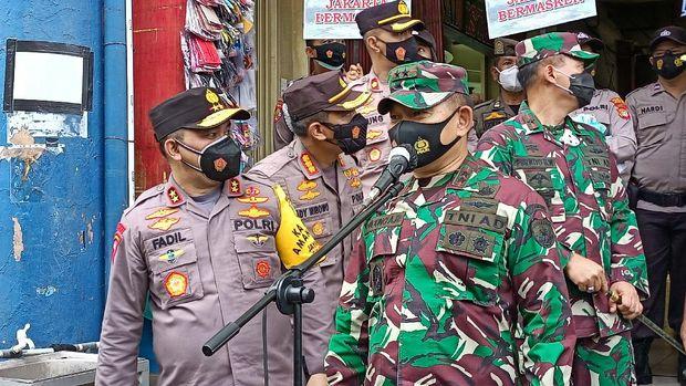 Kapolda Metro Jaya dan Pangdam Jaya membagikan masker ke warga di dua pasar di Jakbar