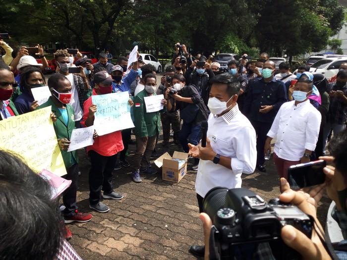 Mahasiswa asal Papua demo di depan Biro Rektor USU (Datuk-detikcom)