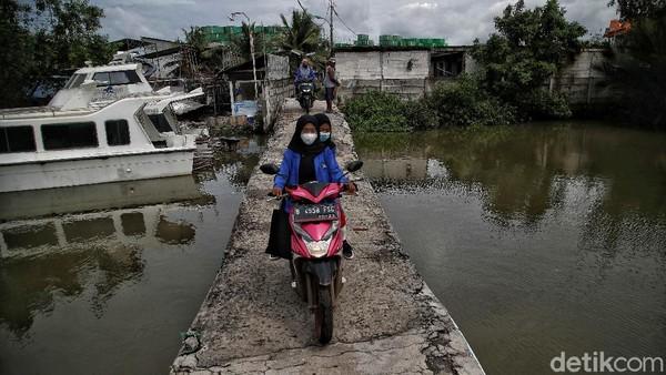 Di ibu kota Jakarta, abrasi sudah tampak nyata di pesisir utara. Data menunjukkan saat ini sekitar 40 persen luas tanah Jakarta berada di bawah permukaan laut. Pradita Utama/detikcom