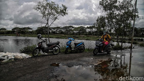 Seperti yang tampak di Kampung Marunda, Jakarta Utara. Menurut keterangan warga, Kampung RW 02 Marunda ini merupakan salah satu kampung yang terancam tenggelam banjir air rob karena tanah yang selalu turun setiap tahunnya akibat pengikisan air tanah. Pradita Utama/detikcom