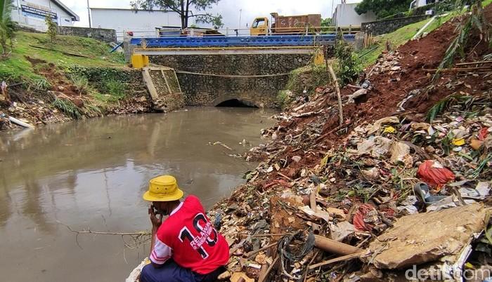 Pemancing di Kali Baru Cijantung, sungai yang tak lagi penuh sampah. (Taufieq Renaldi Arfiansyah/detikcom)