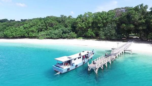 Traveler juga bisa menikmati wisata bahari di TN Ujung Kulon. Pasir putih dan air yang jernih akan kamu temui di Pulau Peucang. (dok. TN Ujung Kulon)