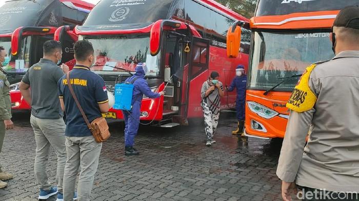 Rombongan Paguyuban Pedagang Pasar Cepogo yang pulang dari piknik di Bali dicegat Satgas COVID-19 di Boyolali, Selasa (2/2/2021).