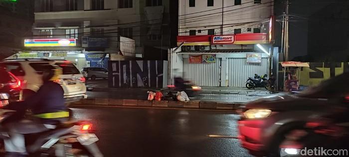 Sampah di Jl Dewi Sartika dekat flyover Ciputat, Tangsel, 2 Februari 2021. (Taufieq RA/detikcom)