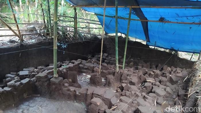 Temuan struktur kuno diduga permukiman era Mataram abad ke-8 Masehi di dekat Candi Pawon. Selain temuan struktur bangunan, tim Balai Konservasi Borobudur (BKB) juga menemukan pecahan keramik dan gerabah.
