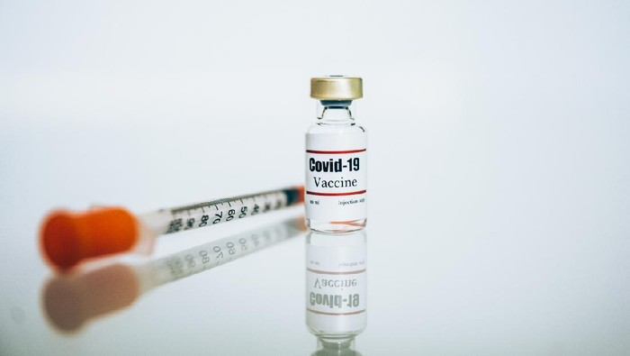 Coronavirus Covid-19 Vaccine glass bottle and syringe with needle. Coronavirus 2019-nCoV concept. Illustrative vial of coronavirus vaccine.