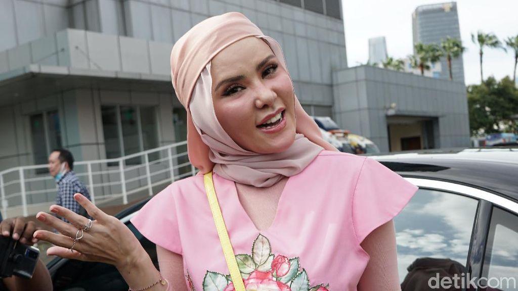 Beda! Angel Lelga Beri THR Sang Putri Emas Batangan