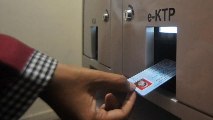 Warga mencetak KTP elektronik, di mesin Anjungan Dukcapil Mandiri (ADM),  di Padang, Sumatera Barat, Rabu (3/2/2021). Kantor Dinas Kependudukan dan Pencatatan Sipil Padang meresmikan penggunaan mesin ADM yang bisa mencetak KTP, Kartu Keluarga dan Akta Kelahiran dan dapat digunakan oleh warga secara mandiri hanya dalam waktu dua menit. ANTARA FOTO/Iggoy el Fitra/hp.