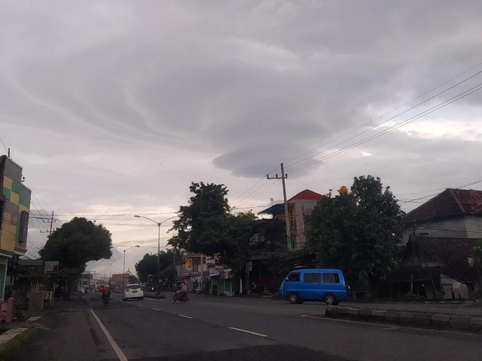 Awan lenticular kembali muncul di Pasuruan. Penampakan awan yang terlihat indah itu diabadikan netizen dan dibagikan ke media sosial.