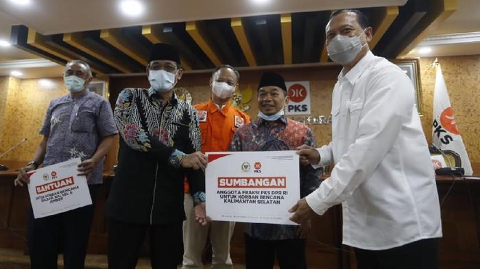 Fraksi PKS DPR RI menyerahkan bantuan bagi masyarakat yang tertimpa musibah bencana alam di Kalimantan Selatan, Sulawesi Barat, dan Jawa Timur.