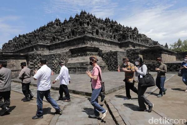 Doa bersama tersebut berlangsung di kawasan Pelataran Candi Borobudur dipimpin Bhante YM Bhikkhu Dhammavuddho. Kegiatan yang bertitel 'Kebaktian Live dari Pelataran Candi Borobudur'.