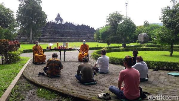 Biasanya beribadah di Candi Borobudur dilakukan dengan grup yang besar misalnya waisak, namun demikian grup kecil pun juga bisa dilakukan.