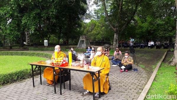 Belasan umat Buddha melakukan doa bersama dari Pelataran Candi Borobudur, Kabupaten Magelang, Jawa Tengah. Doa bersama dilakukan secara virtual.