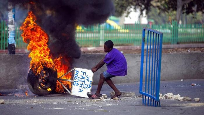 Demo menuntut Presiden Haiti Jovenel Moise mundur berlangsung ricuh. Demonstran melakukan aksi bakar ban bekas di jalanan Port-au-Prince, Haiti.