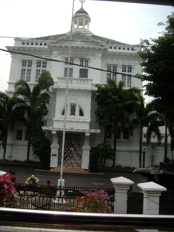 Melewati Gedung Bank Indonesia