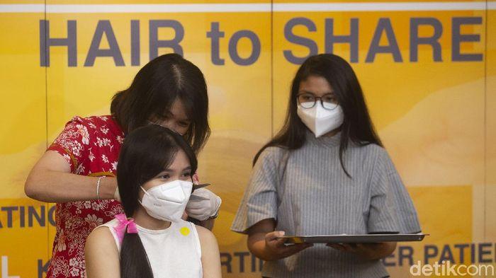 Jelang hari kanker sedunia Yayasan Kanker Indonesia dan MRCCC Siloam Hospital menggelar donasi rambut di MRCCC Siloam Semanggi, Jakarta, Rabu (3/2/2021). Acara tersebut merupakan bentuk kepedulian masyarakat terhadap pasien kanker.