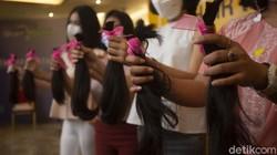 Sebagai bentuk kepedulian masyarakat terhadap pasien kanker, Yayasan Kanker Indonesia dan MRCCC Siloam Hospital menggelar donasi rambut di MRCCC Siloam Semanggi