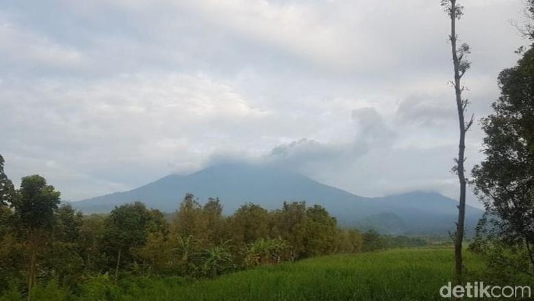 Asap erupsi Gunung Raung membumbung tinggi hingga mencapai 1 kilometer. Asap terbawa angin ke arah timur puncak gunung.
