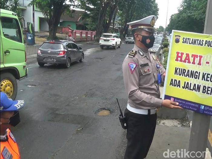Jalur Pantura Kendal, Jawa Tengah berlubang, Rabu (3/2/2021).