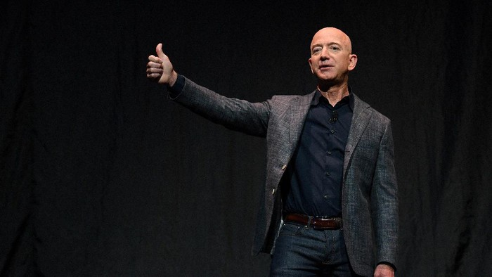 FILE PHOTO: Founder, Chairman, CEO and President of Amazon Jeff Bezos gives a thumbs up as he speaks during an event about Blue Origins space exploration plans in Washington, U.S., May 9, 2019. REUTERS/Clodagh Kilcoyne/File Photo