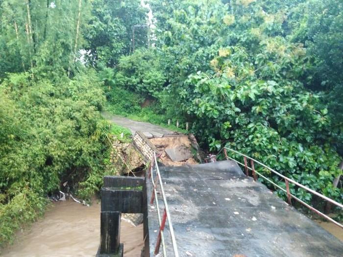 Hujan deras mengguyur Blitar selama sekitar dua jam. Akibatnya, terjadi banjir bandang yang membuat sebuah jembatan ambrol.