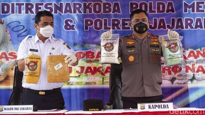Polda Metro Jaya memusnahkan barang bukti narkoba jenis sabu hingga ekstasi. Pemusnahan barang bukti dihadiri Kapolda Metro Jaya Irjen Fadil Imran dan Wagub DKI Jakarta Ahmad Riza Patria.