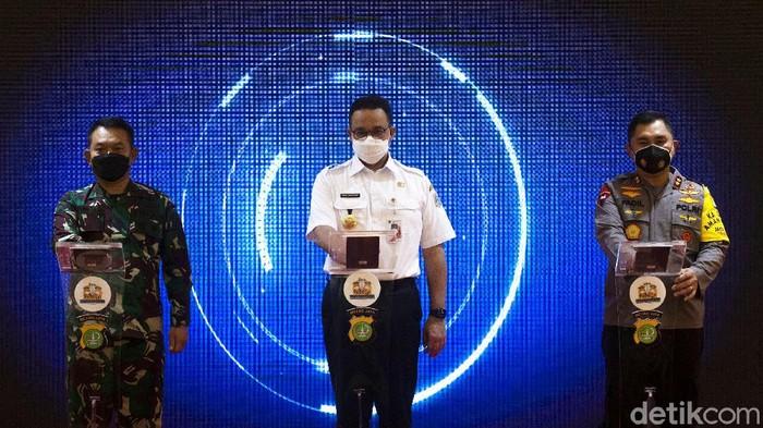 Hari ini Kapolda Metro Jaya hingga Gubernur DKI Jakarta meluncurkan gerakan 'Jakarta Bermasker'. Hal itu dilakukan untuk menekan penyebaran COVID-19.