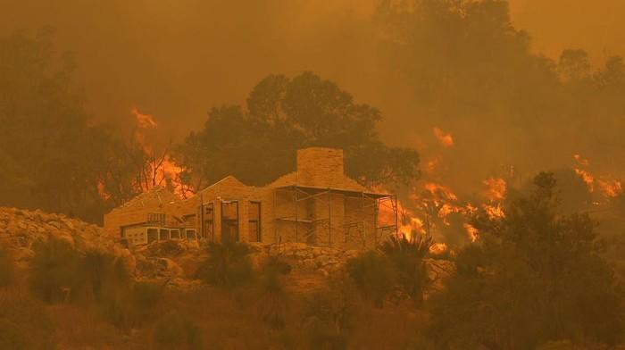 Sekitar 71 rumah telah hancur akibat kebakaran hutan yang tak terkendali di dekat Perth, Australia pada Rabu (3/1).
