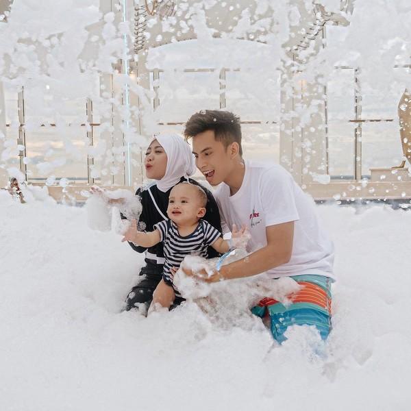 Niko, Rachel dan Xabiru juga pernah liburan naik pesiar Genting Dream. (Instagram/Rachel Vennya)