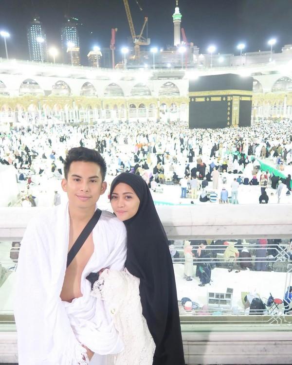 Pasangan selebgram ini juga menjalani ibadah bersama ke Mekkah. (Instagram/Rachel Vennya)