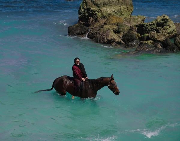 Agustus lalu, Rachel Vennya berlibur ke Sumba. Menginap di Nihi Sumba, Rachel sempat berkuda di sana. (Instagram/Rachel Vennya)