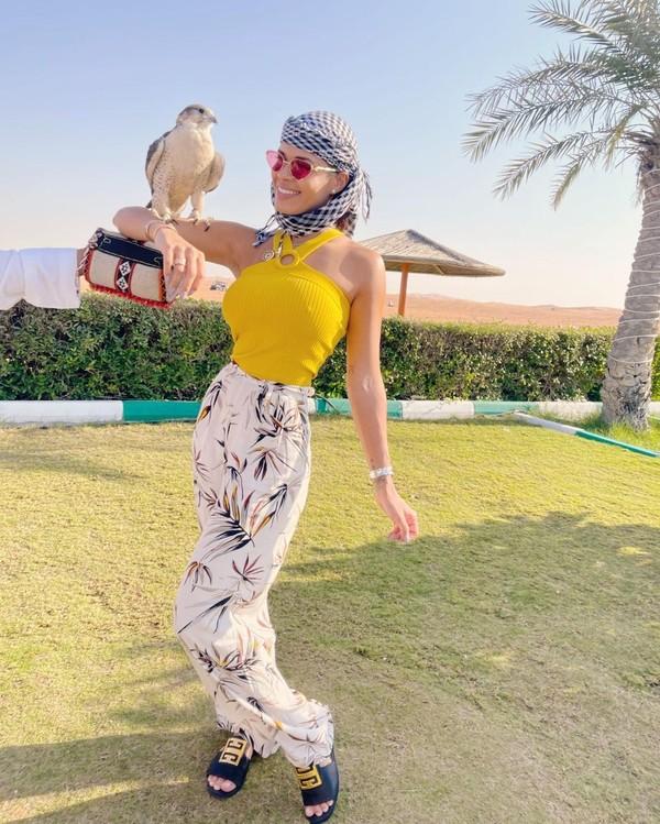 Luana juga mencoba memegang burung elang yang jadi ikon dari Dubai. (Instagram/Luana Sandien)