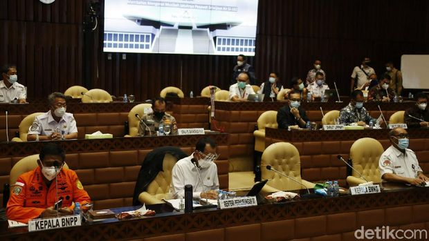 Komisi V DPR RI menggelar rapat kerja (raker) dengan Menteri Perhubungan Budi Karya Sumadi hingga Sriwijaya Air, di ruang Komisi V Gedung Parlemen, Senayan, Jakarta, Rabu (03/02/2021). Rapat yang dimulai pada pukul 13.00 WIB, membahas terkait kecelakaan jatuhnya pesawat Sriwijaya Air SJ182.