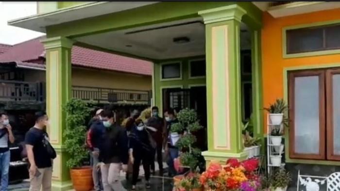 Penggeledahan terkait penangkapan bandar narkoba Firman di Labuhanbatu (Ahmad FIM-detikcom)